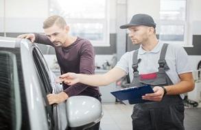 araç sahibi ile araç muayenesi yapan teknisyen