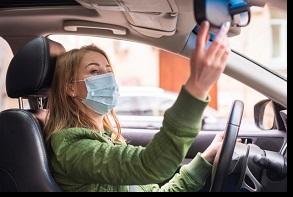 araçta maske ve dezenfektan zorunluluğuna uyan kadın
