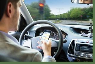 araç kullanırken cep telefonu kullanan kişi